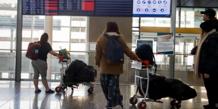 كندا تمدد الحظر على المسافرين الأجانب