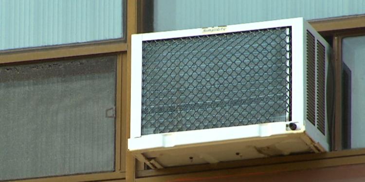 المستأجرون في تورنتو يشتكون من إجبارهم على إزالة مكيفات الهواء
